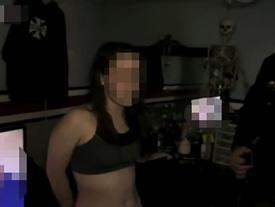 Mặc quần áo thiếu vải ngồi xem phim người lớn, cô gái khiến cảnh sát ngượng chín mặt khi ập vào bắt