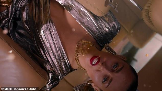 MV mới của Miley Cyrus gây tranh cãi vì hình ảnh gợi dục và dính đến tôn giáo-1