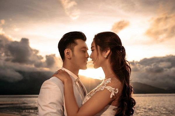 TRỰC TIẾP: Ưng Hoàng Phúc - Kim Cương diện áo cưới lộng lẫy cùng 2 con đón khách tới dự tiệc cưới-2