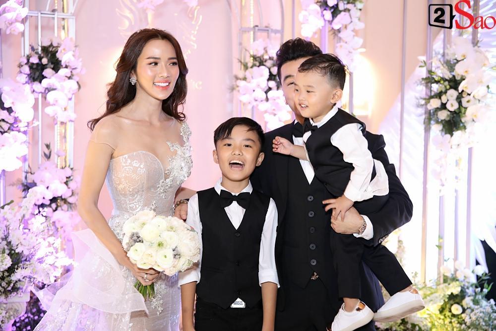 Cô dâu - chú rể cùng 2 con xuất hiện rạng rỡ chào đón khách mời-4