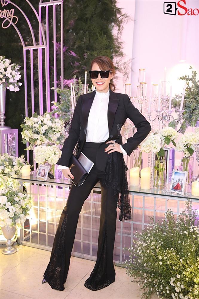 Lên đồ như vedette dự đám cưới, vợ chồng MC Thanh Bạch - Quế Vân đứng đầu top SAO MẶC XẤU tuần qua-1