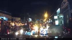 Hàng trăm xe máy đi ngược chiều, thản nhiên dừng lại chặn đầu khiến loạt ô tô bất lực 'chôn chân' trên phố