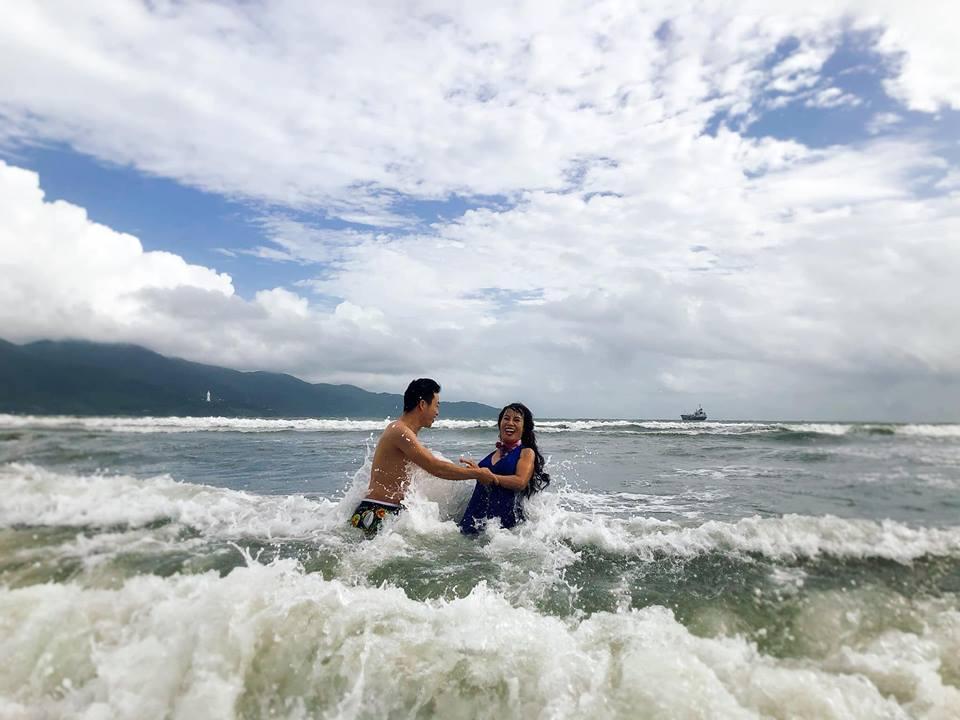 Chả ngại hôn công khai còn khoe ảnh ôm ấp tắm biển, dân mạng ngán tận cổ với cô dâu 61 tuổi: Bình yên hưởng hạnh phúc đi-2