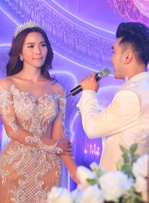 Váy cưới xuyên thấu sexy nghẹt thở của bà xã Ưng Hoàng