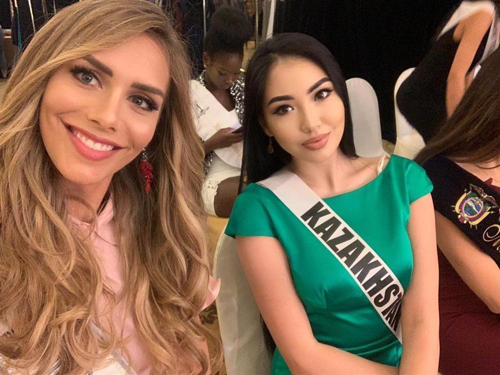 Bất ngờ với cách cư xử của HHen Niê và dàn mỹ nhân khi chạm mặt thí sinh chuyển giới tại Miss Universe 2018-11