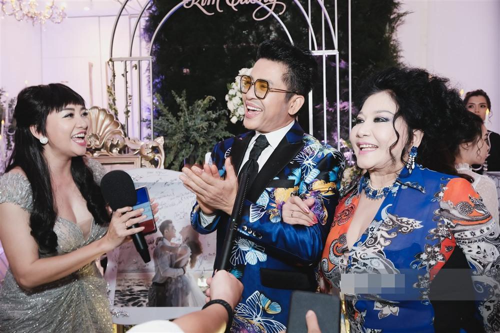 Lên đồ như vedette dự đám cưới, vợ chồng MC Thanh Bạch - Quế Vân đứng đầu top SAO MẶC XẤU tuần qua-2
