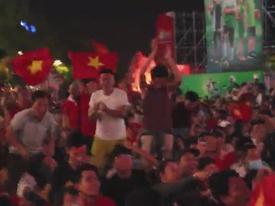 CĐV Sài Gòn vỡ òa, đốt pháo sáng ăn mừng bàn mở tỷ số