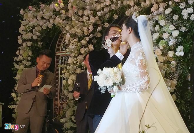 Đang làm cô dâu lộng lẫy, Á hậu Thanh Tú bỗng hét ầm khi đội tuyển Việt Nam ghi bàn tại bán kết AFF Cup 2018-1