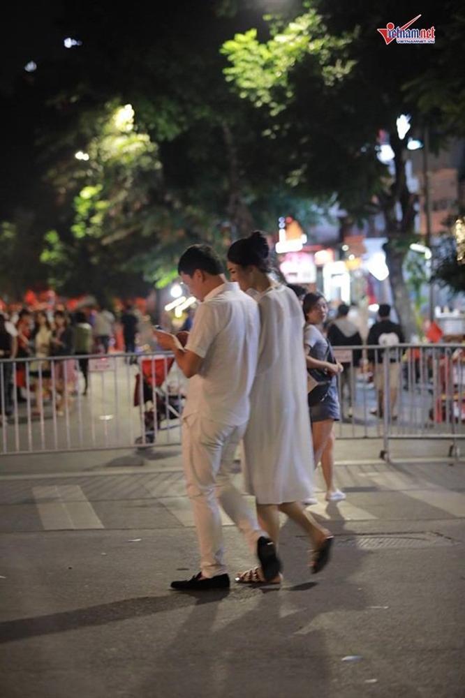 Á hậu Thanh Tú và đại gia hơn 16 tuổi tình tứ tại phố đi bộ sau tiệc cưới-3