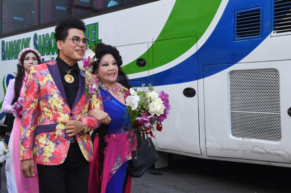 Đỡ không nổi gu thời trang hoa hòe hoa sói của MC Thanh Bạch ở tuổi 59-11