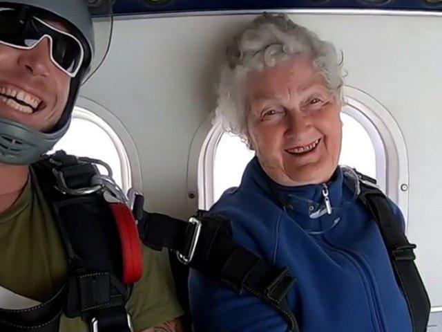 Thán phục cụ bà 82 tuổi nhảy dù ngoạn mục ở độ cao hơn 4000m-1