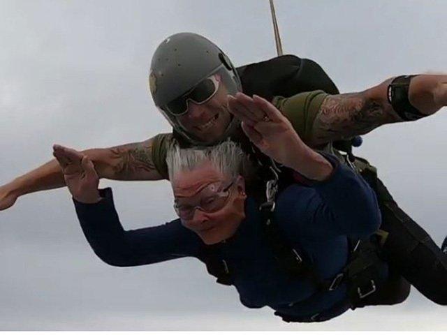 Thán phục cụ bà 82 tuổi nhảy dù ngoạn mục ở độ cao hơn 4000m-2