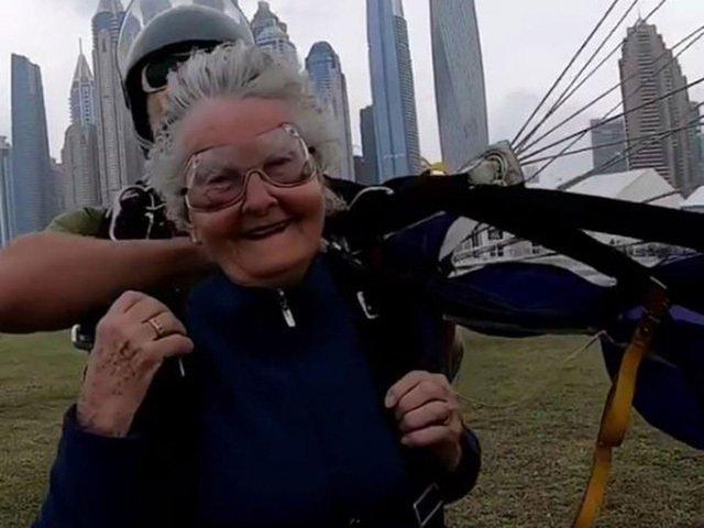 Thán phục cụ bà 82 tuổi nhảy dù ngoạn mục ở độ cao hơn 4000m-3