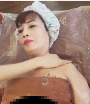 Khoe tắm trắng, hút mỡ cấy mu tay, cô dâu 61 tuổi công khai: Chẳng còn gì trên mặt chưa đụng dao kéo-1