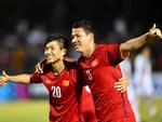 Hết nắm tay lại còn cõng nhau, đội tuyển Việt Nam lại xuất hiện cặp đam mỹ chú cháu mang tên Song Đức-6