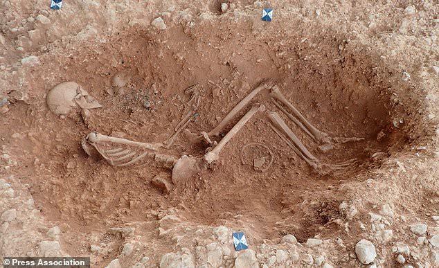 Hài cốt người mẹ giàu có ôm chặt con trong ngôi mộ cổ 1.500 năm tuổi-1