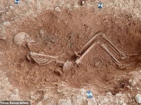 Hài cốt người mẹ giàu có ôm chặt con trong ngôi mộ cổ 1.500 năm tuổi