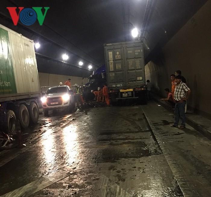 Tai nạn trong hầm đường bộ Hải Vân, ách tắc giao thông Bắc - Nam-1