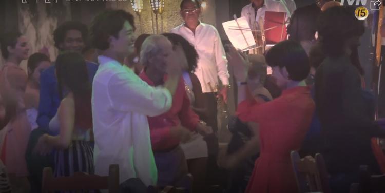 Encounter tung clip hậu trường ở Cuba: Park Bo Gum nghịch ngợm, Song Hye Kyo sang chảnh nhưng thân thiện-11