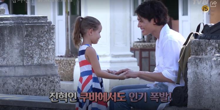 Encounter tung clip hậu trường ở Cuba: Park Bo Gum nghịch ngợm, Song Hye Kyo sang chảnh nhưng thân thiện-6