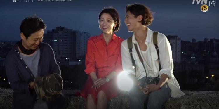 Encounter tung clip hậu trường ở Cuba: Park Bo Gum nghịch ngợm, Song Hye Kyo sang chảnh nhưng thân thiện-10