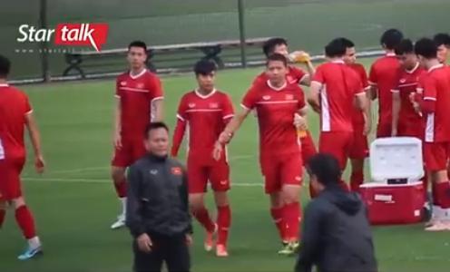 Hết nắm tay lại còn cõng nhau, đội tuyển Việt Nam lại xuất hiện cặp đam mỹ chú cháu mang tên Song Đức-1