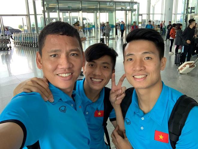 Hết nắm tay lại còn cõng nhau, đội tuyển Việt Nam lại xuất hiện cặp đam mỹ chú cháu mang tên Song Đức-3