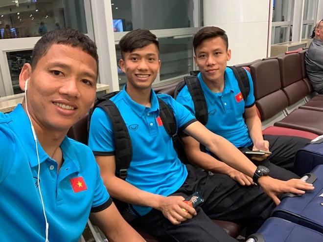 Hết nắm tay lại còn cõng nhau, đội tuyển Việt Nam lại xuất hiện cặp đam mỹ chú cháu mang tên Song Đức-4