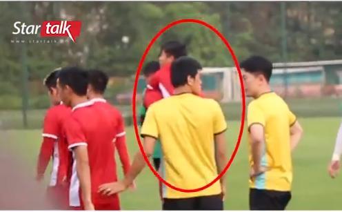 Hết nắm tay lại còn cõng nhau, đội tuyển Việt Nam lại xuất hiện cặp đam mỹ chú cháu mang tên Song Đức-2
