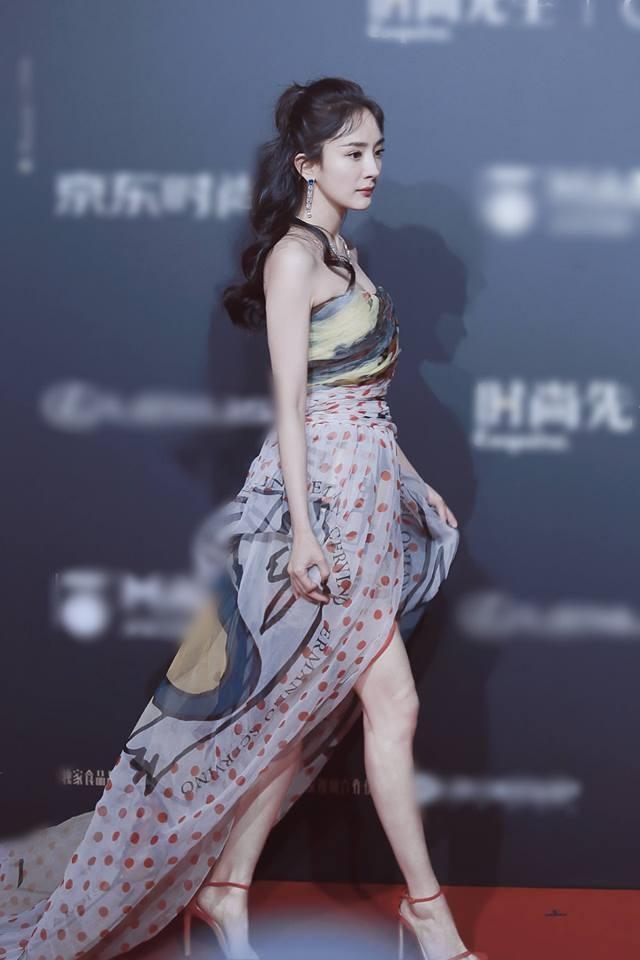 Triệu Vy - Địch Lệ Nhiệt Ba lộ ảnh mặt nhăn nhúm, chảy xệ khác xa hình photoshop-6