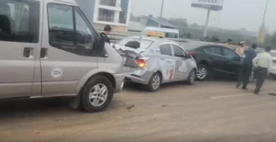 Đổ bùn đất giữa đường gần sân bay Nội Bài, nhiều ô tô tông nhau liên hoàn-1