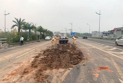 Đổ bùn đất giữa đường gần sân bay Nội Bài, nhiều ô tô tông nhau liên hoàn-2