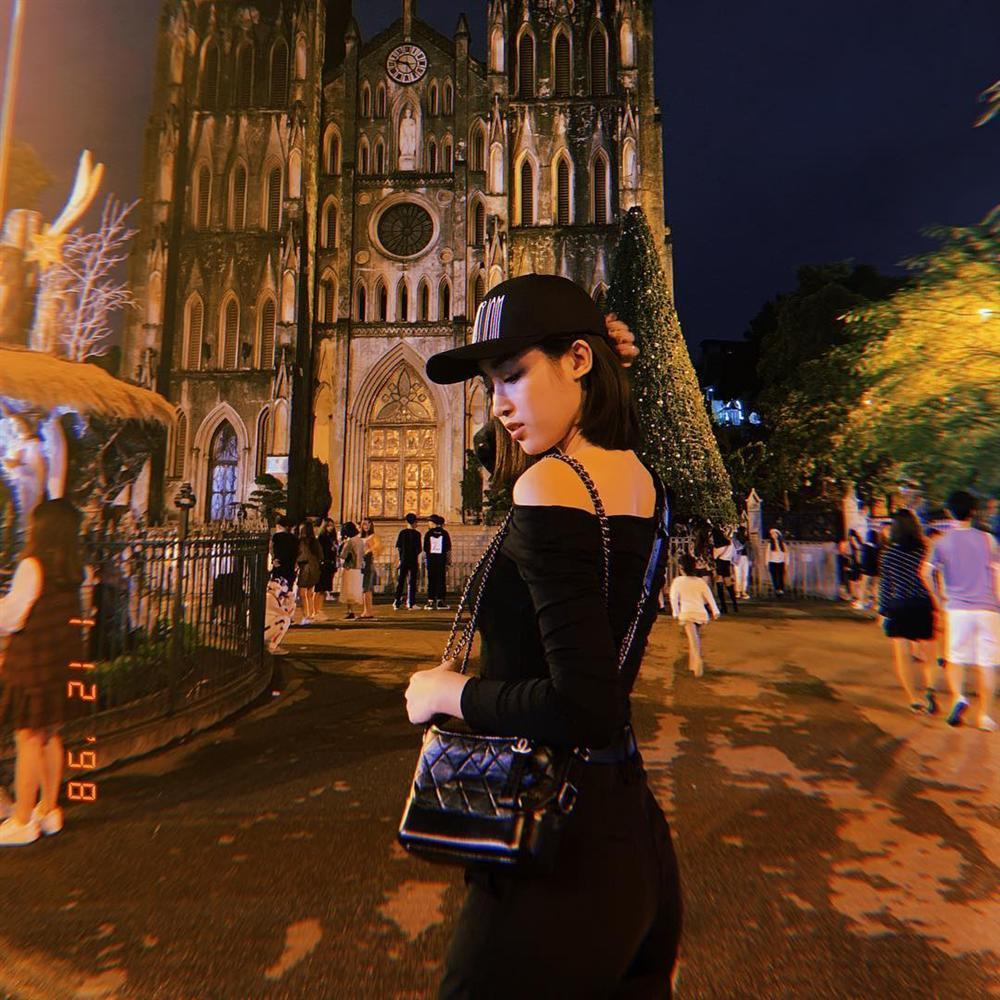Hương Tràm khoe nửa vòng 1 nóng bỏng - Sơn Tùng bất ngờ dịu dàng đằm thắm đẹp nhất STREET STYLE sao Việt-1