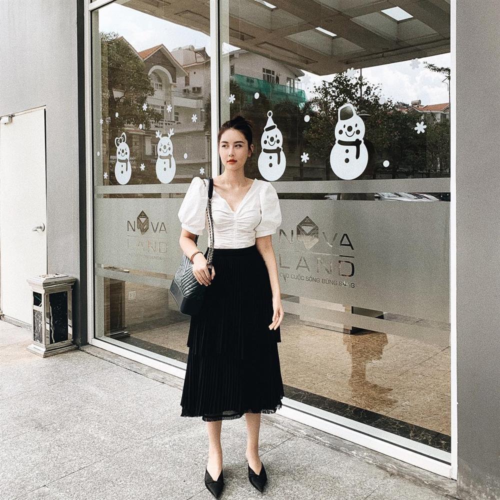 Hương Tràm khoe nửa vòng 1 nóng bỏng - Sơn Tùng bất ngờ dịu dàng đằm thắm đẹp nhất STREET STYLE sao Việt-9