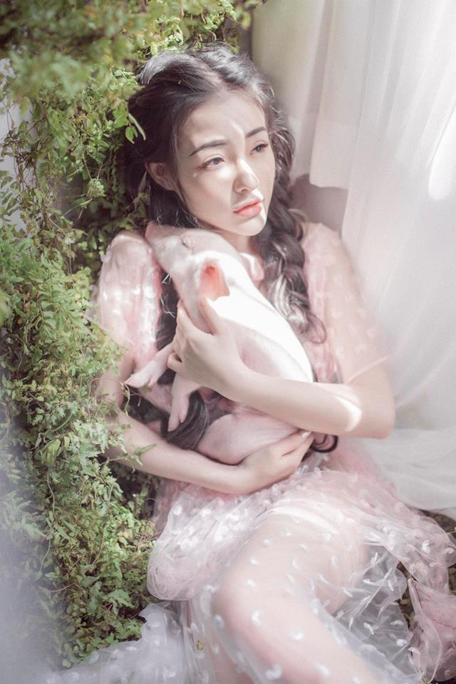 Trào lưu chụp hình cùng lợn: Chi Pu, Ngân 98 phản cảm bao nhiêu thì Lý Nhã Kỳ, Hoàng Yến Chibi lại mộng mơ bấy nhiêu-10