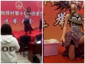Ngôi làng Trung Quốc gây sốc khi thuê vũ công múa bụng, múa rắn phục vụ bầu cử