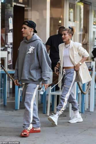 Vợ chồng Justin Bieber - Hailey Baldwin mặc quần đôi đi ăn trưa ở Mỹ-1