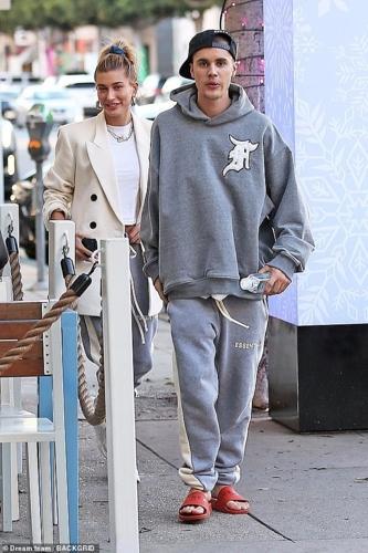 Vợ chồng Justin Bieber - Hailey Baldwin mặc quần đôi đi ăn trưa ở Mỹ-2