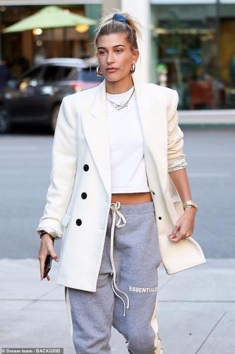 Vợ chồng Justin Bieber - Hailey Baldwin mặc quần đôi đi ăn trưa ở Mỹ-3
