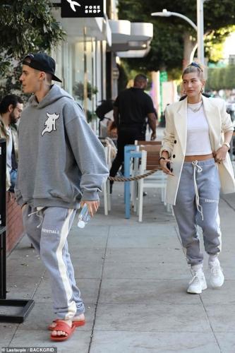 Vợ chồng Justin Bieber - Hailey Baldwin mặc quần đôi đi ăn trưa ở Mỹ-5
