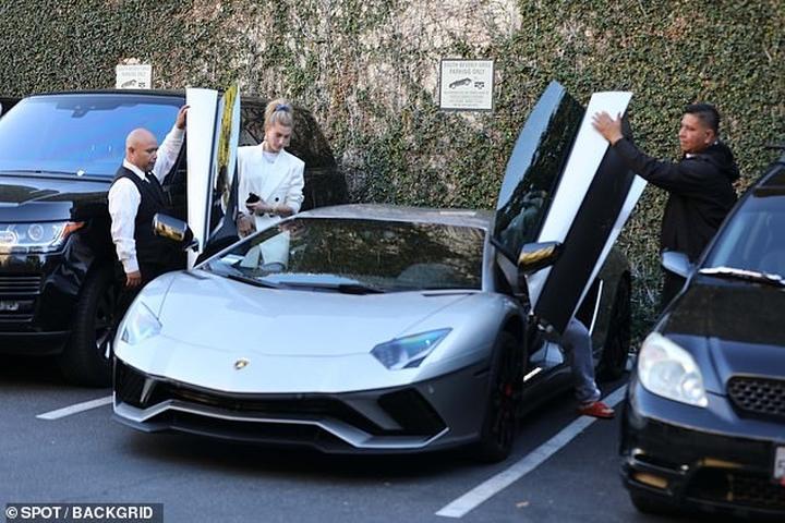 Vợ chồng Justin Bieber - Hailey Baldwin mặc quần đôi đi ăn trưa ở Mỹ-6