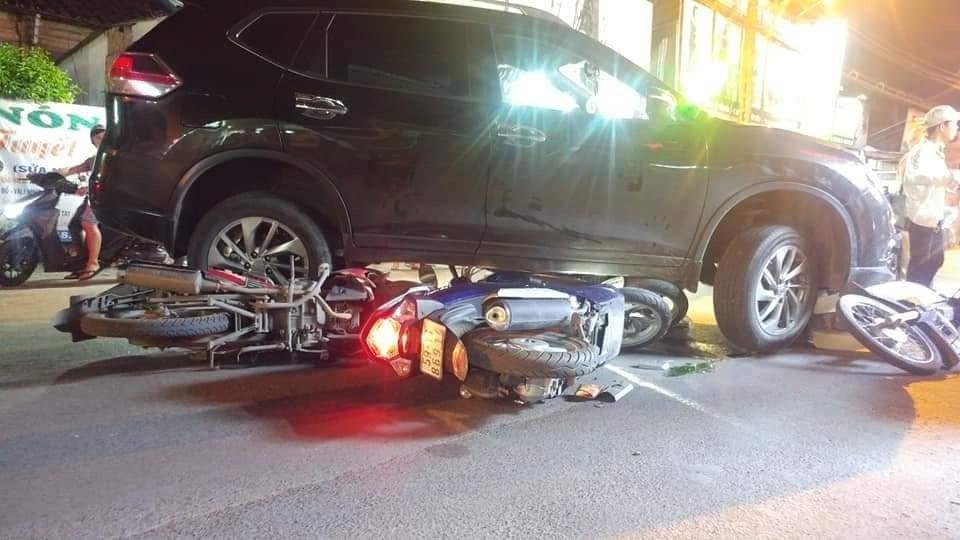 Ô tô điên tông hàng loạt xe máy, cuốn 1 trẻ em và 3 người lớn vào gầm-1