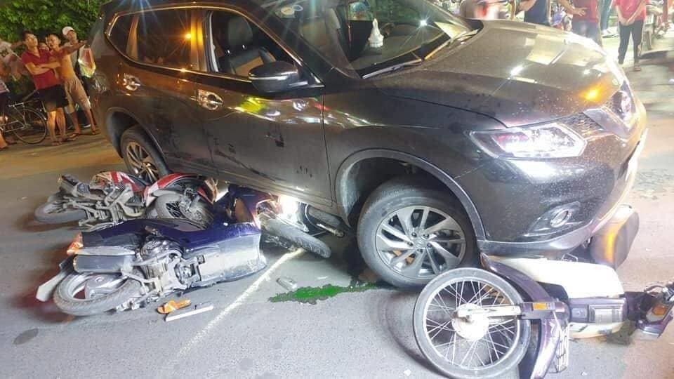 Ô tô điên tông hàng loạt xe máy, cuốn 1 trẻ em và 3 người lớn vào gầm-2