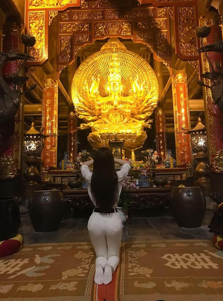 Sau bộ đồ bó sát như đang tập yoga, Thư Dung giờ còn táo bạo hơn khi diện hẳn váy ren xuyên thấu đi lễ chùa-7