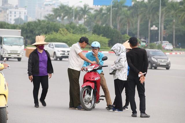 Bắt tại trận bảo vệ Liên đoàn Bóng đá Việt Nam tuồn vé mời cho trùm phe vé-2