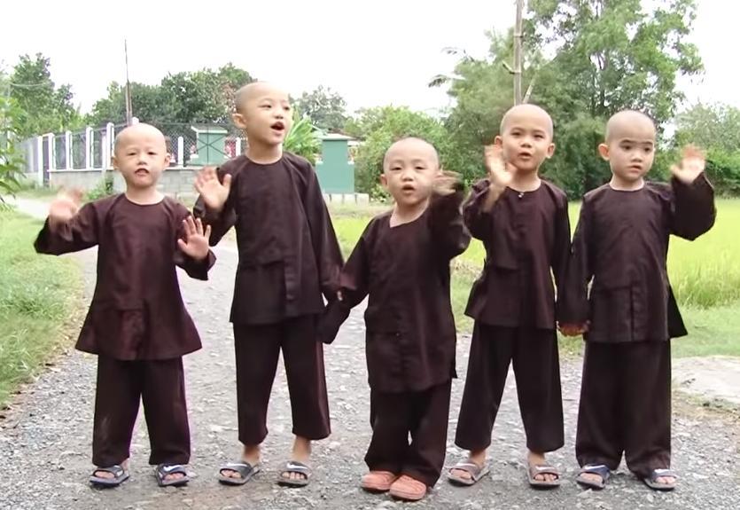 Rơi nước mắt trước hoàn cảnh bị cha mẹ bỏ rơi của 5 chú tiểu ẵm 100 triệu ở Thách thức danh hài-4