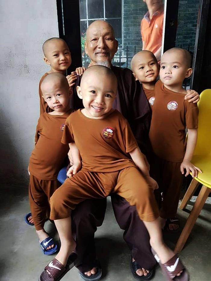 Rơi nước mắt trước hoàn cảnh bị cha mẹ bỏ rơi của 5 chú tiểu ẵm 100 triệu ở Thách thức danh hài-3