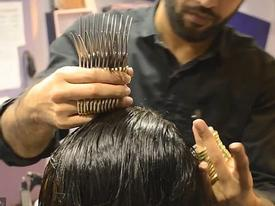 Thợ siêu đỉnh cắt tóc bằng 27 cây kéo cùng một lúc