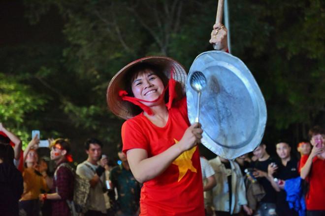 Cổ động viên tràn ra đường mừng Việt Nam vào chung kết-3