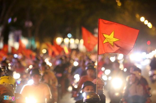 Cổ động viên tràn ra đường mừng Việt Nam vào chung kết-6